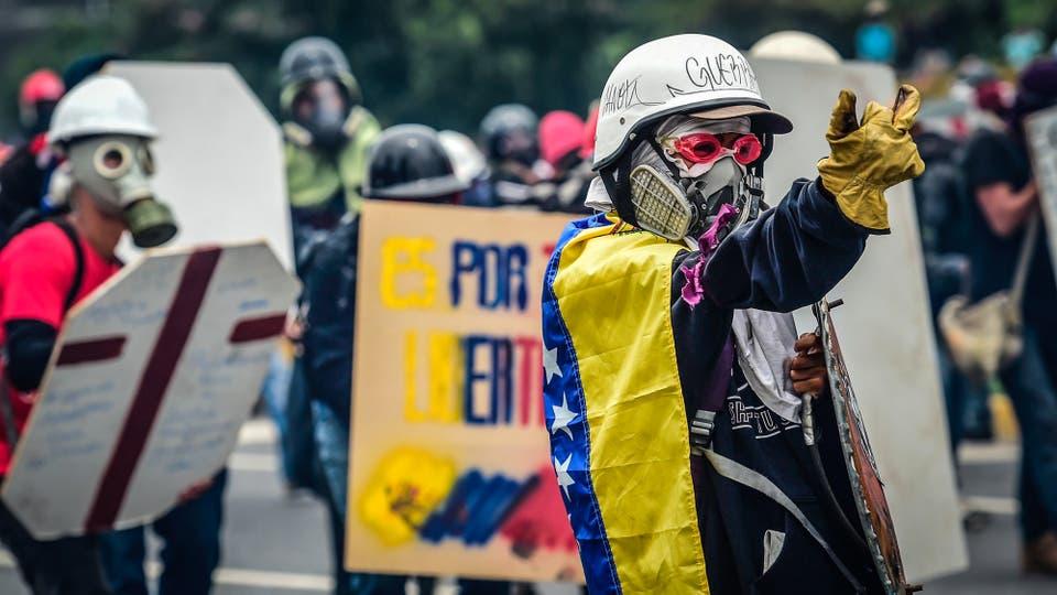 Manifestantes chocan contra la policía antidisturbios en Caracas. Foto: Reuters / Ronaldo Schemidt
