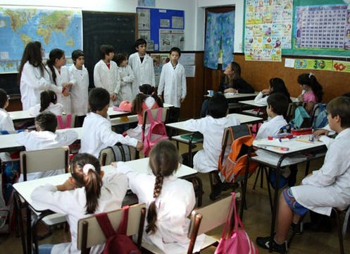 En una escuela pública de Avellaneda los alumnos de 6° grado dieron una clase sobre dengue a sus compañeros de segundo. Foto: lanacion.com / Martín Turnes