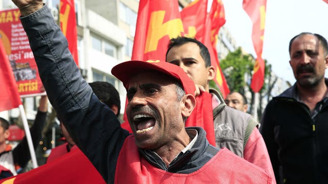 Estambul: trabajadores y activistas se dirigen, en desafío a una prohibición gubernamental, hacia la icónica plaza de Taksim, mientras cantan contra el presidente Erdogan