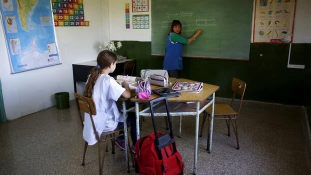 Gabriela, maestra y directora, en clase junto a Camila la única alumna. Foto: LA NACION / Silvana Colombo
