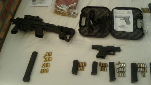 La policía encontró armas y dinero