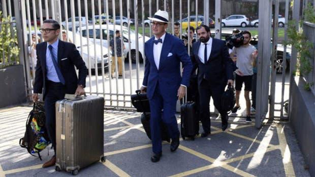 Los representantes de Neymar en la sede de Barcelona