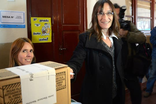 La primer precandidata del Frente para la Victoria Carolina Scotto vota en una escuela de Córdoba. Foto: Télam
