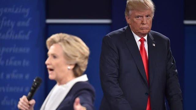 """Trump le dijo a Hillary Clinton que si él hiciera las leyes, ella estaría """"en la cárcel"""", un comentario celebrado por el público pero criticado por demócratas y republicanos."""