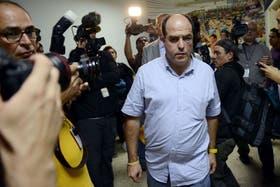 El legislador Julio Borges denunció que fue golpeado por sus pares del oficialismo