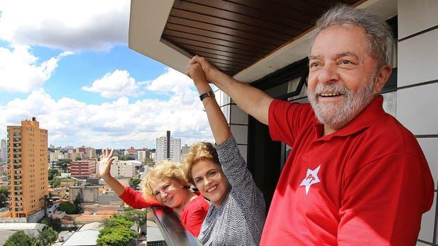 Dilma alza la mano de Lula en señal de apoyo