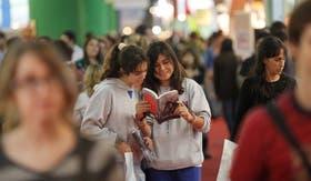 Catalina Diez y Paula Biondi, ambas de 14 años, leyeron varias de los títulos de moda y de la feria se llevaron Hush Hush