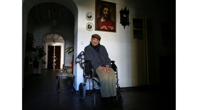 Francisco Núñez, de 112, posa para un retrato en su casa en Badajoz, sur de España.