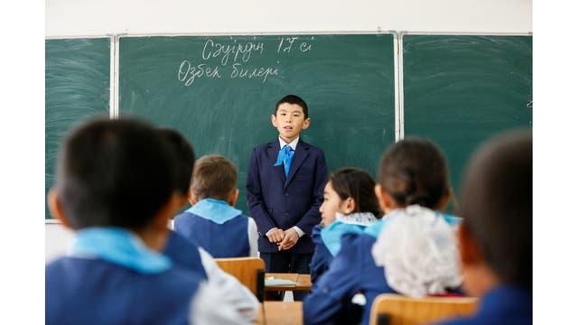 Estudiantes en la escuela en el pueblo de Bogen