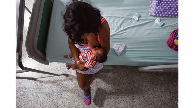 Una adolescente venezolana de 16 años que emigró a Colombia con una amiga hace tres años huyendo de la violencia de sus padres, alimenta a su recién nacido, Juan David, en el Hospital Universitario Erasmo Meoz de Cúcuta