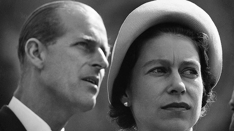 La reina Isabel II y el príncipe Felipe son retratados en Schefferville, mientras escuchan explicaciones sobre el funcionamiento de una mina de hierro en otra parada en su gira real de Canadá, el 20 de enero de 1959. Foto: AP