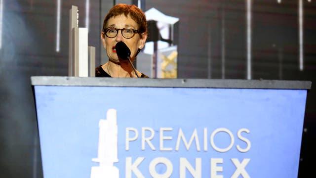 Nora Bär, en el escenario, agradeciendo la distinción