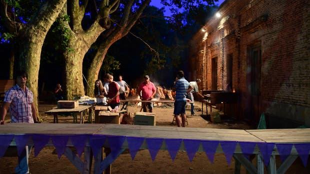 Establecimientos centenarios, lo mejor de la cocina rural y música al aire libre invitan en Roque Pérez a disfrutar de una tradición renovada