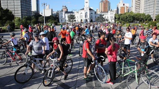 En la plaza Moreno, en el centro de La Plata, la masiva bicicleteada puso en foco el problema de la inseguridad