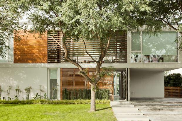 La casa tiene un diseño en U, de modo que la mayoría de los ambientes puede sacar provecho la lindísima vista de la laguna.