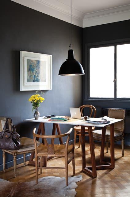 """El espacio de trabajo de Maica: una mesa con tapa de mármol y caballetes de lapacho y cuatro sillas: dos Luis XV tapizadas en terciopelo, una Thonet y una 'Wishbone chair"""" vintage del danés Hans Wegner.  Foto:Living /Magalí Saberian"""