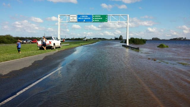 La autopista a Santa Fé cortada por el agua