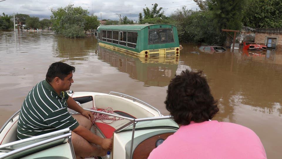 Las intensas lluvias registradas en los últimos diez días provocaron el desborde de canales y ríos, los habitantes del sur de Tucumán volvieron a padecer el drama de las inundaciones. Foto: LA NACION / Fernando Font