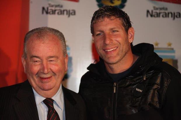 Con Martín Palermo durante la presentación de un sponsor para la selección el 18 de mayo de 2011.  Foto:Archivo /Guadalupe Aizaga / LA NACION