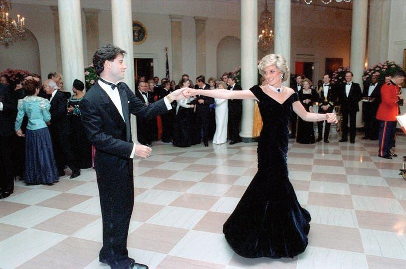 1985. Bailando llega el glamour. Con John Travolta en la Casa Blanca, en un modelo de terciopelo azul de Edelstein