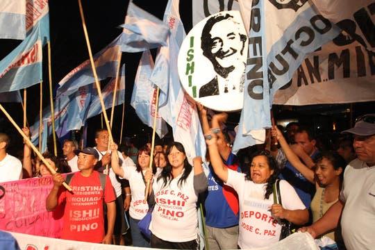 Los militantes kirchneristas aguardan la operación de la Presidenta. Foto: LA NACION / Marcelo Gómez