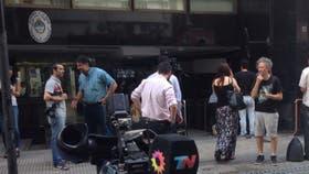Los medios esperan en la puerta de la Afsca