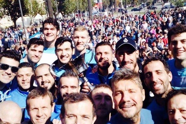 Un selfie del equipo y Tinelli en el festejo con la gente de la ciudad