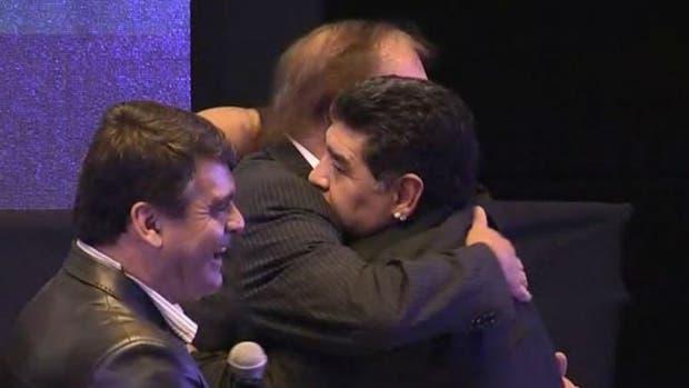 El emotivo abrazo entre Maradona y Bilardo