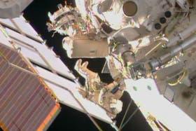Un cosmonauta trabaja en la Estación Espacial Internacional a unos 400 kilómetros de la Tierra