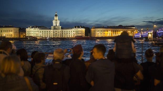 La noche nunca cae sobre San Petersburgo en el verano; una atmósfera más hedonista que en Moscú coloreará la fiesta del Mundial en la ciudad, que tiene el estadio más caro