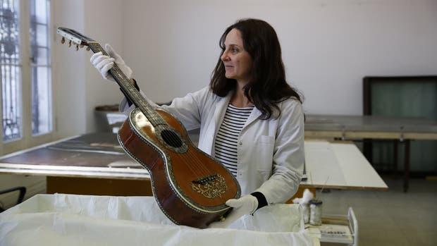 Custodia de los sonidos: Paula Olabarrieta es luthier y trabaja en la restauración de los instrumentos del Museo Histórico Nacional, como esta guitarra, regalo para Manuelita Rosas, o los pianos antiguos, que son joyas de la colección