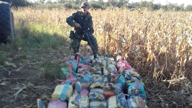 La avioneta lanzó unos 300 kilos de droga desde el aire