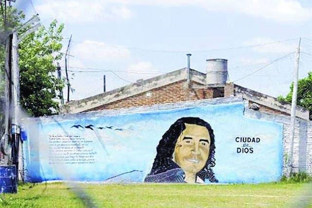 """El mural evocativo en Rosario con el rostro del """"Pájaro"""" Cantero."""