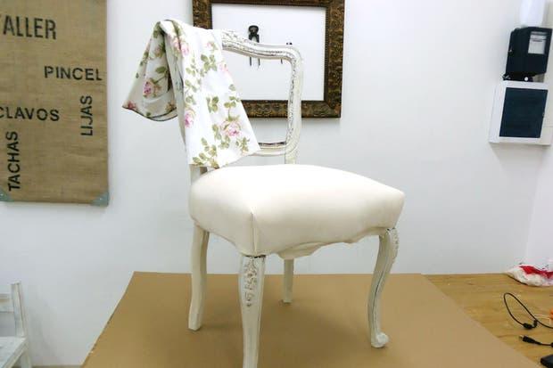 Retapiz el respaldo de una silla de estilo franc s - Como tapizar una silla con respaldo ...