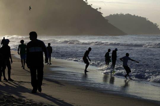 Las playas de Río amanecieron con cientos de miles de fieles que iban a ver al Papa. Foto: AP