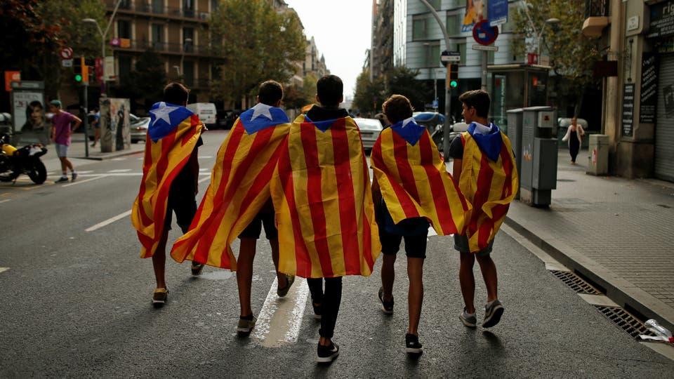 Estudiantes con las banderas separatistas caminan hacia la manifestación. Foto: Reuters / Jon Nazca