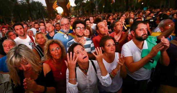 La gente siguió con preocupación frente a las pantallas gigantes el discurso de Puigdemont