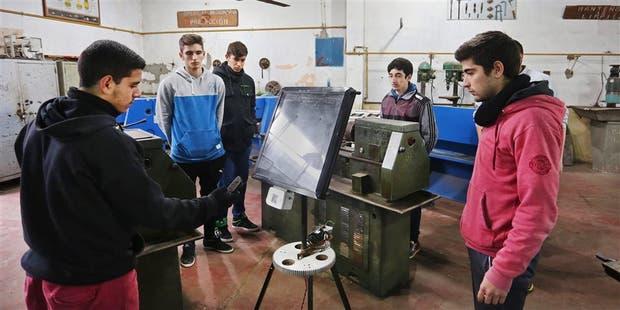 Desde 2013, los alumnos participan de un taller de electromecánica, donde fabrican los calefones con paneles solares