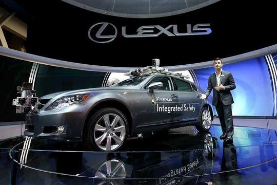 Aún en una etapa de desarrollo, Lexus presentó en la feria CES un vehículo equipado con sensores y cámaras para asistir al conductor durante sus trayectos. Foto: AFP