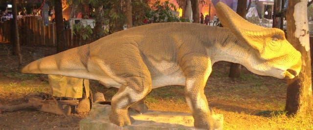 Unas 40 especies de dinosaurios asombran a los más pequeños y no tanto, en un bosque al aire libre