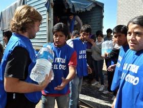 Militantes de La Cámpora distribuyendo donanciones en las zonas afectadas