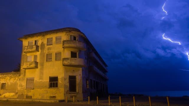 El antiguo hotel Viena, que brilló en los años 30, recibe turistas para ver sus ruinas