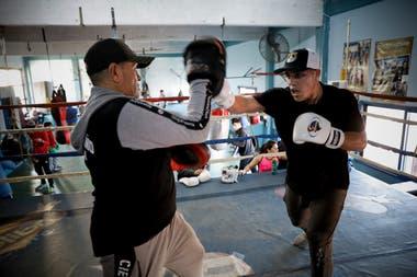 El entrenamiento de Brian Castaño en San Justo: guanteo con Carlos, su papá