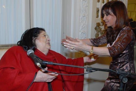 Cristina Fernández de Kirchner saluda a la cantora, en un acto realizado en la Casa Rosada.. Foto: Archivo