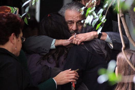 Mario Sabato, hijo del escritor, saluda a familiares. Foto: EFE