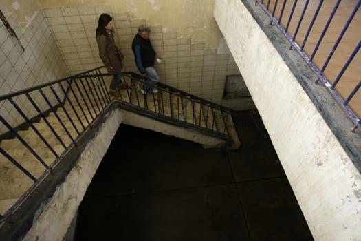 Las escaleras, desmejoradas, en nuestra recorrida. Foto: lanacion.com / Guadalupe Aizaga