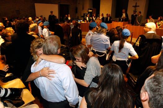 Los amigos de la estudiante estadounidense Amanda Knox en su ciudad, Seattle, celebraron y lloraron frente a decenas de cámaras al concoer el nuevo veredicto.. Foto: AP