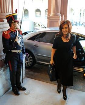 Cristina Kirchner, ayer, al entrar nuevamente en la Casa Rosada