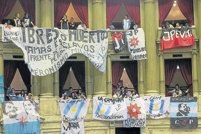 Militantes kirchneristas, el miércoles en Diputados, durante el debate sobre el voto joven