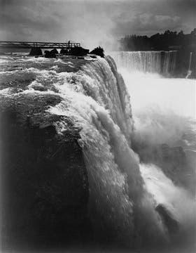 Las cataratas del Niágara, desde el lado canadiense. La fotografía, del siglo XIX, da una idea del espectáculo con que se encontró el autor de Facundo